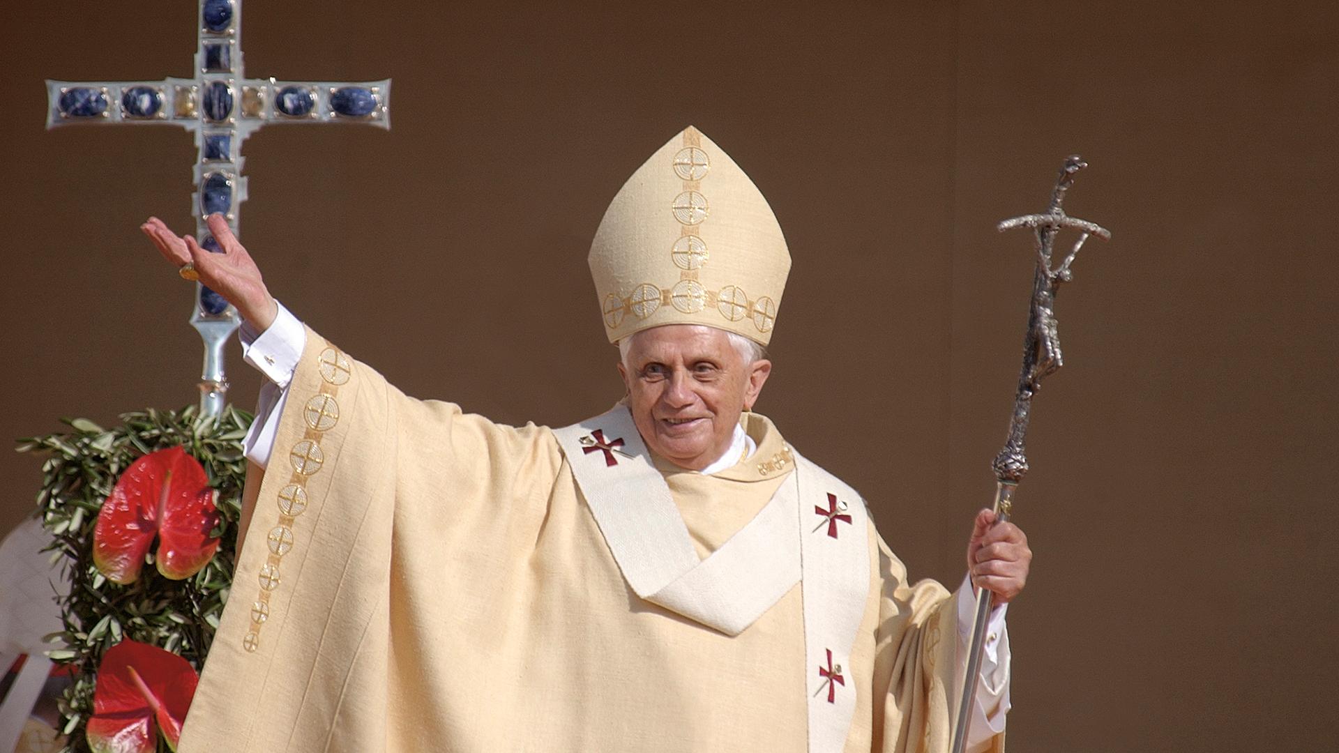 200505 GV Metzl geht Papstbuch2