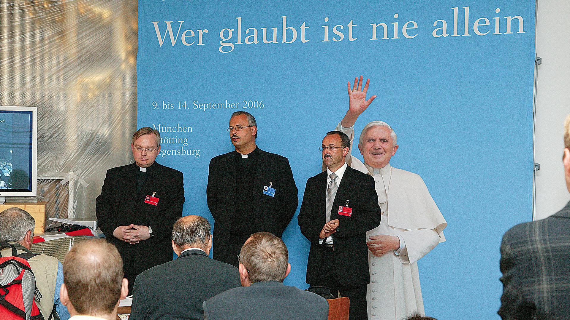 200505 GV Metzl geht Papstbuch7