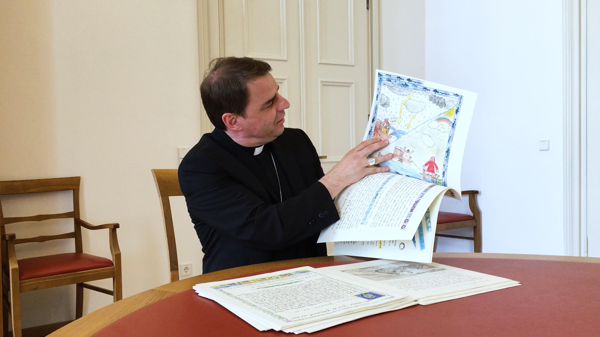 200707 Bischofsgruss Heilig Schueler Schrift thumb1