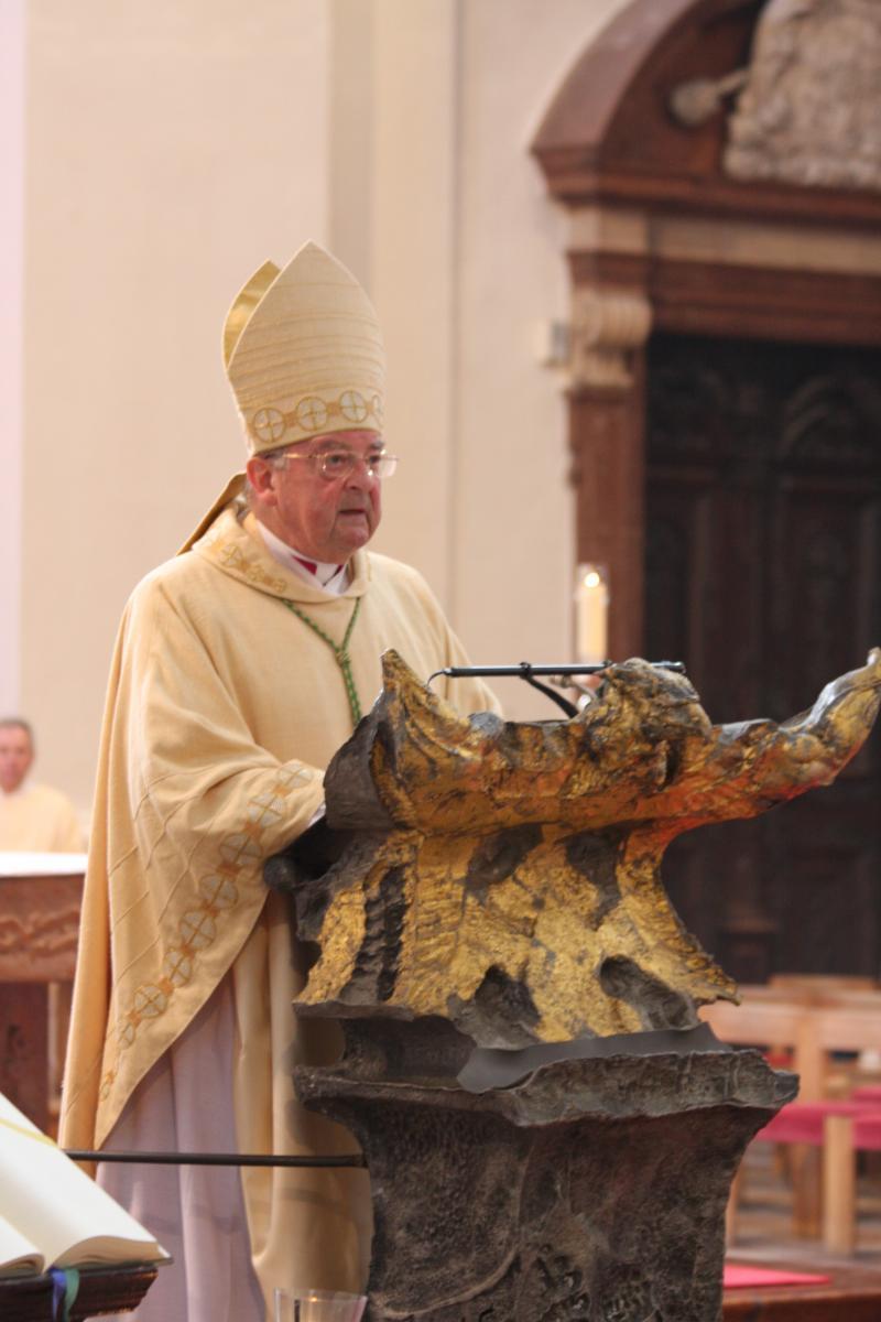 Der Bischof legt das Evangelium aus