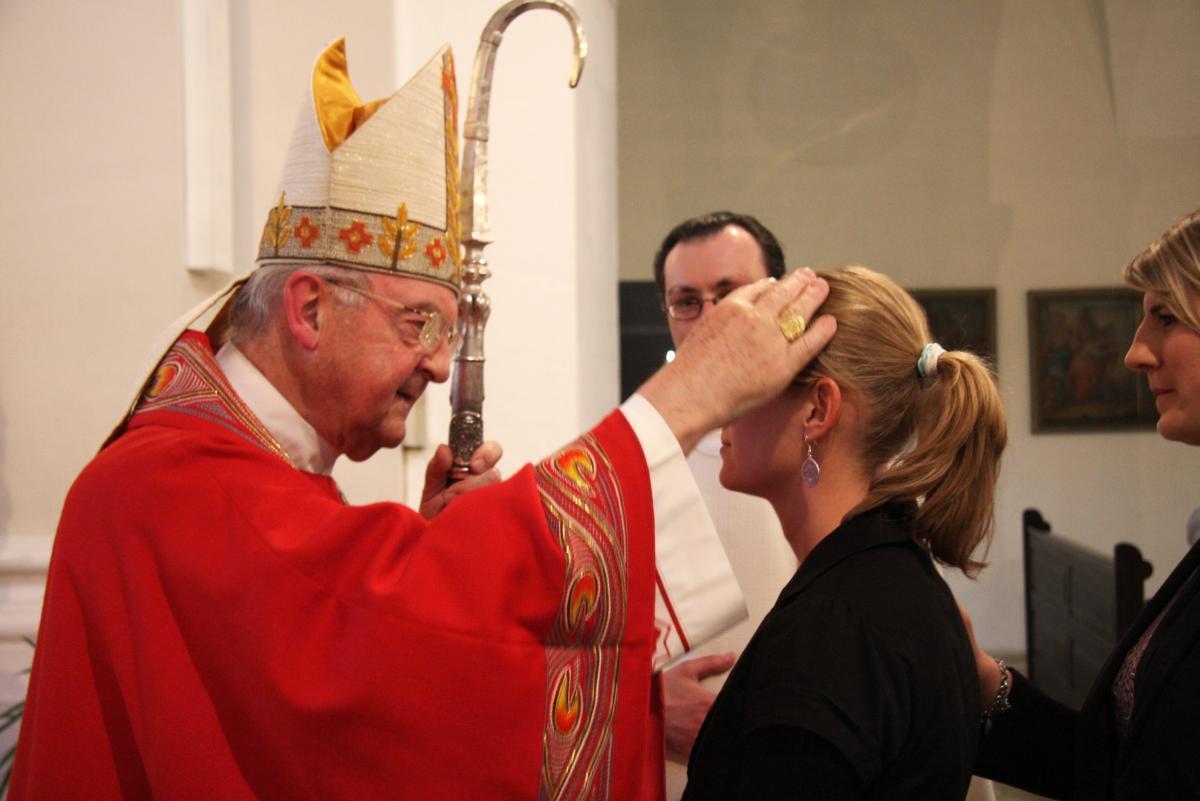 Der Bischof spendet das Sakrament der Firmung
