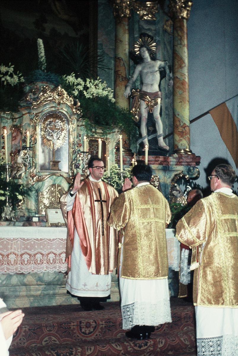Der Neupriester erteilt den Primizsegen