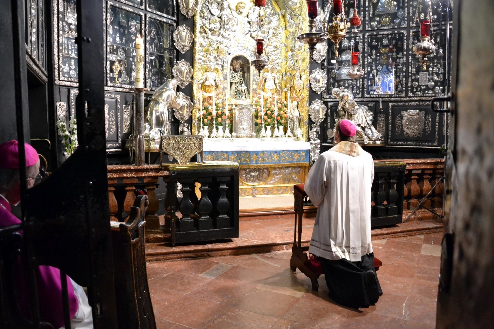Bild 2 Weltweites Rosenkranzgebet aus der Altöttinger Gnadenkapelle mit Bischof Oster 28 05 2021