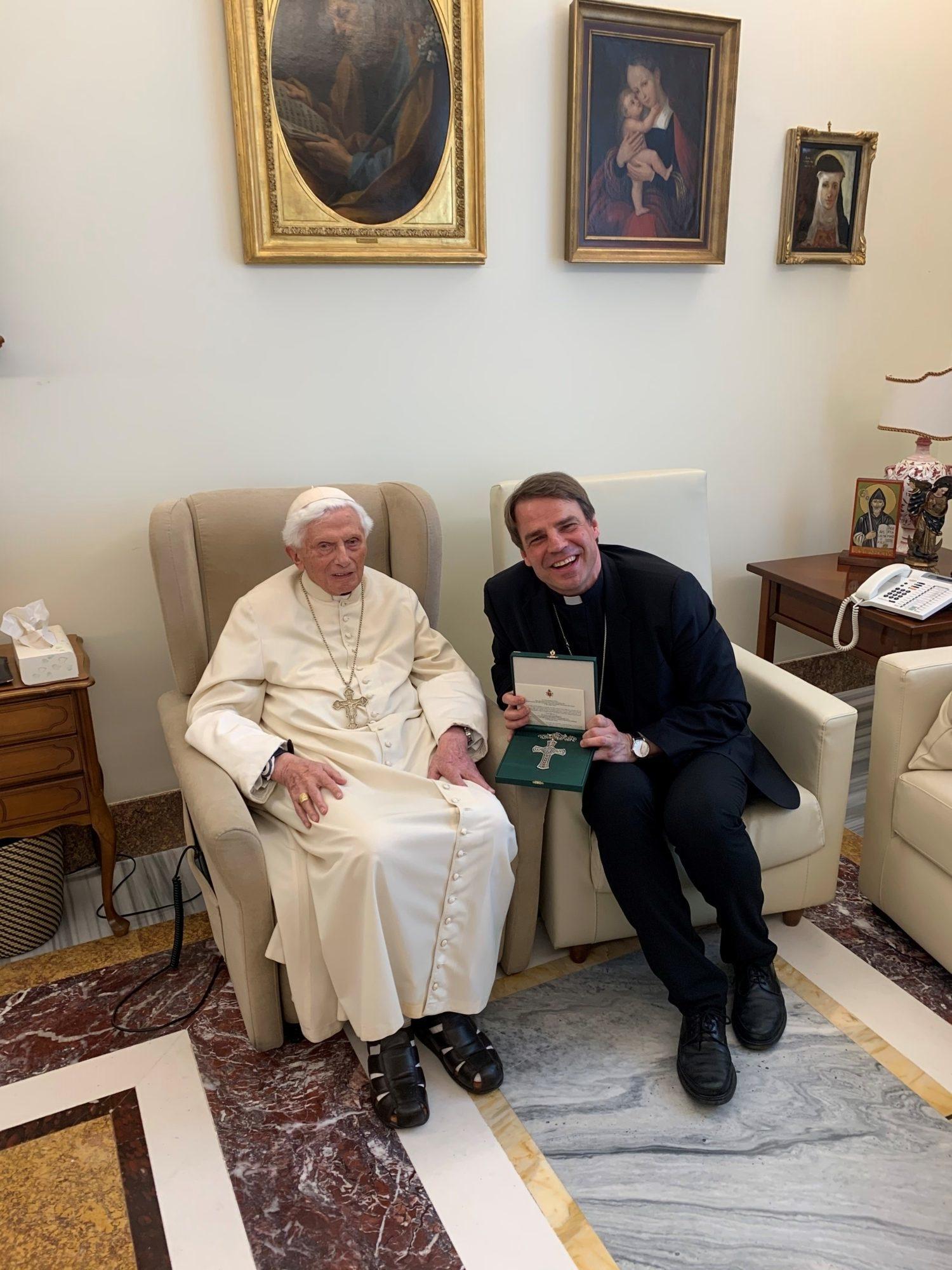 Bischof mit Papst em Benedikt