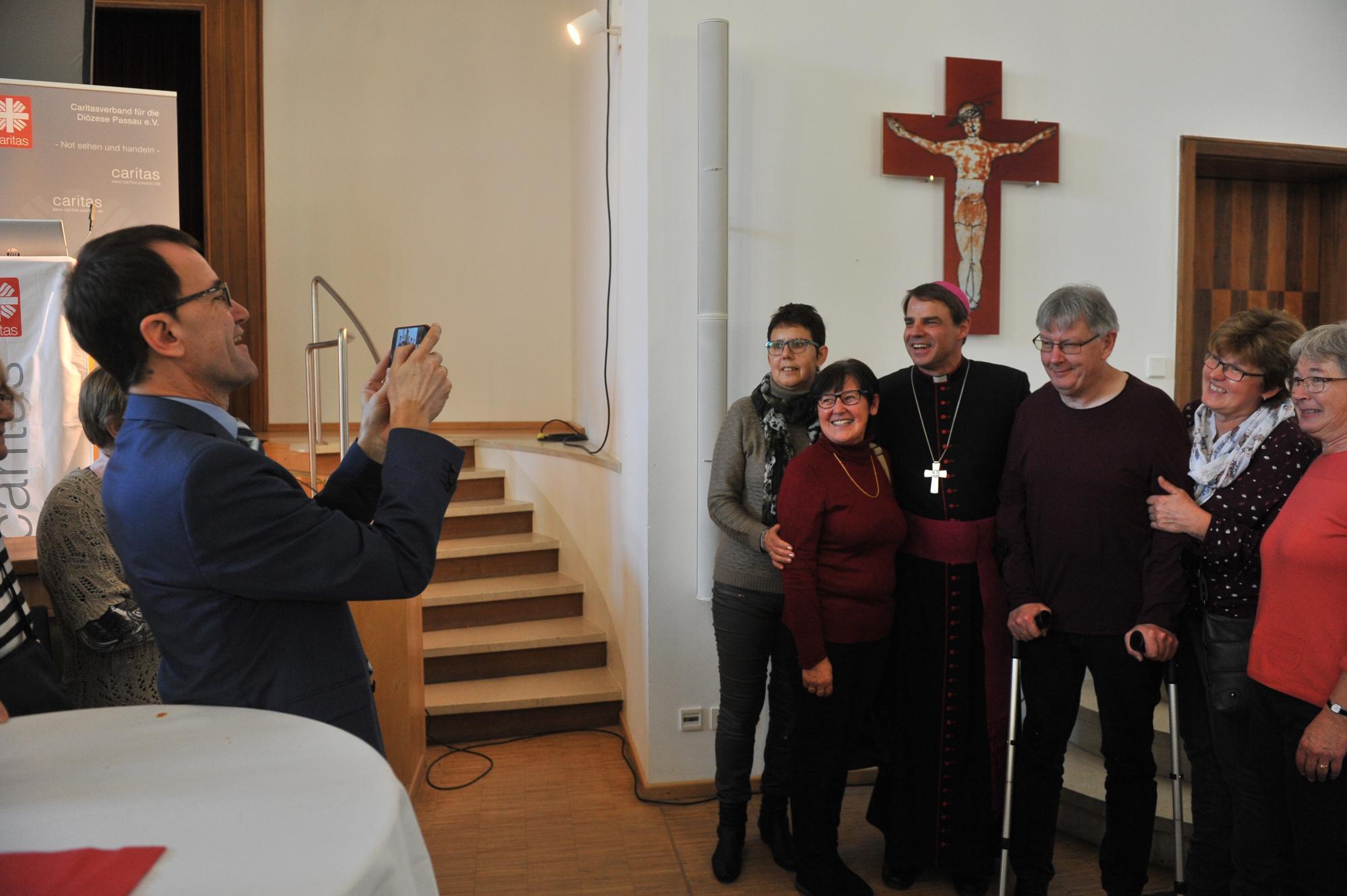 Caritasdirektor-Endres-hilft-bei-Erinnerungsfotos-mit-8886