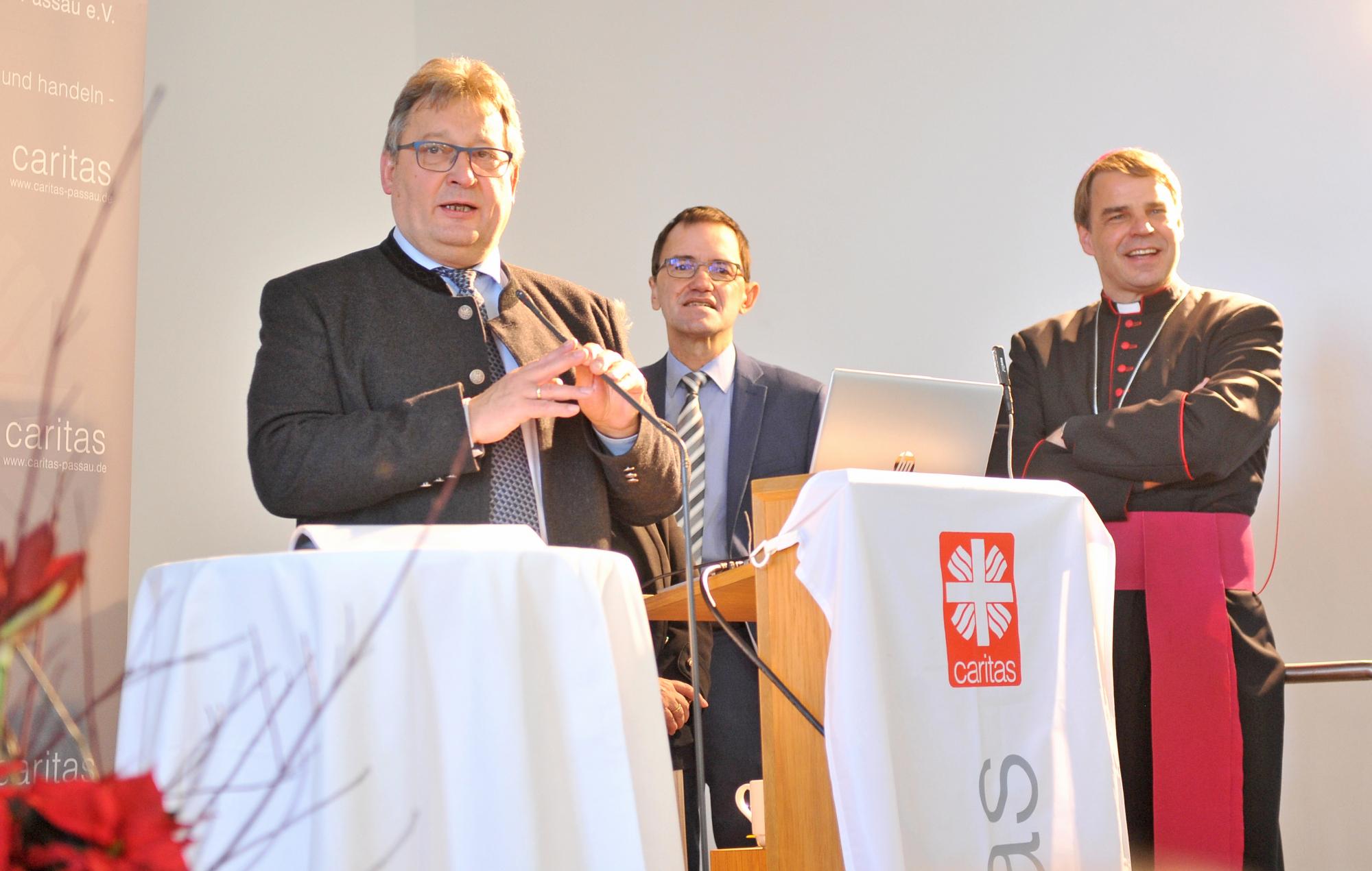 Caritasvorstände-und-Bischof-Oster-sagen-Danke-88071