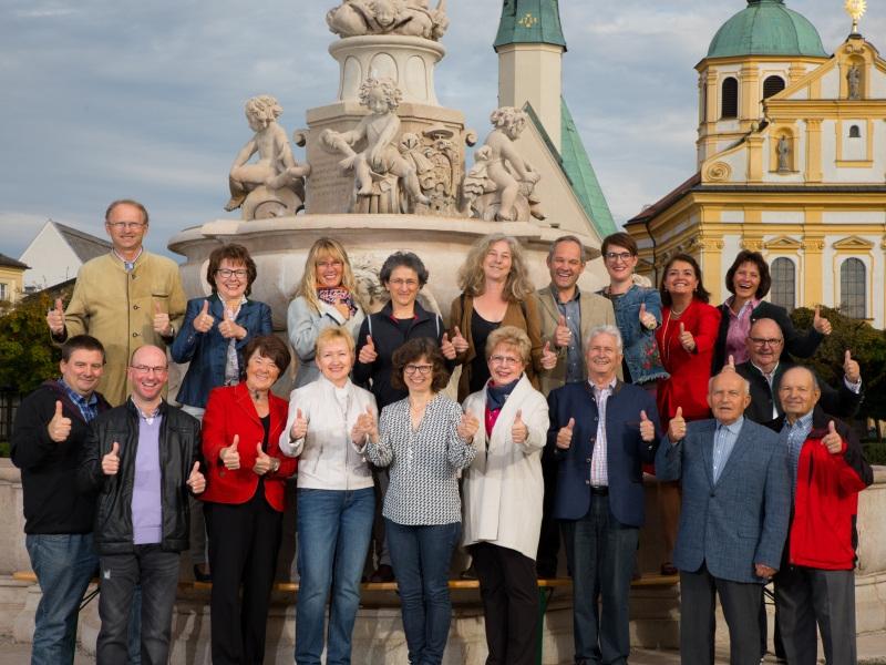 Gruppenfoto-Stadtfuehrer-Altoetting-Daumenhoch-Foto-Heiner-Heine