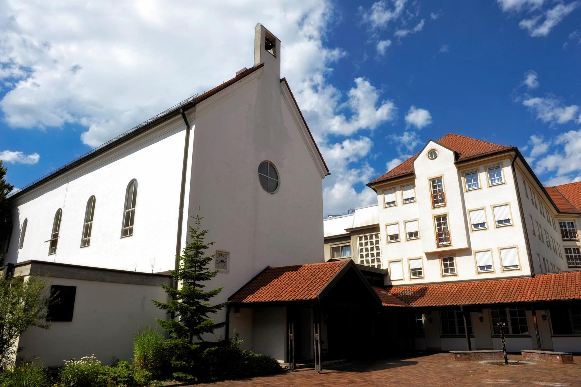 Hausansicht Franziskushaus mit Kapelle Bildquelle Stiftung SLW Altötting