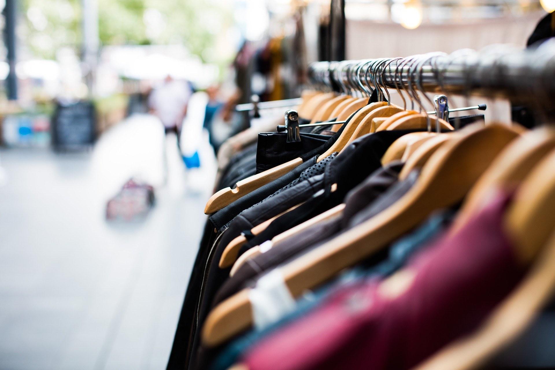Kleiderständer by pexels cc0 gemeinfrei pixabay pfarrbriefservice