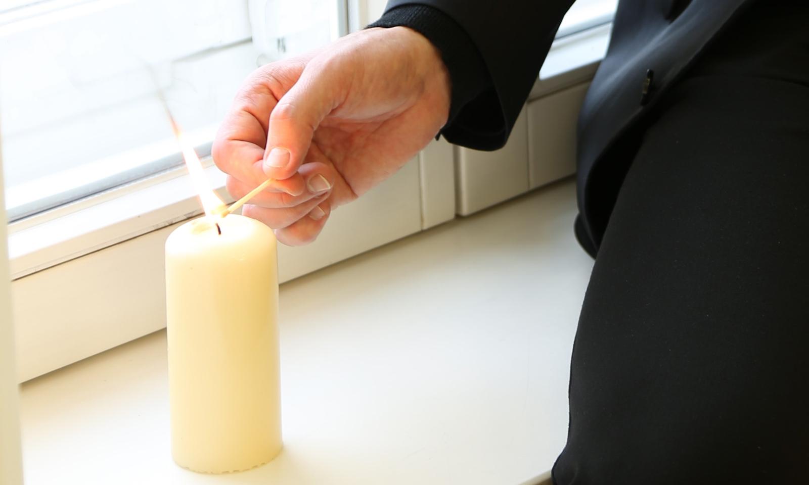 Lichtfenster Kerze Bischof quer