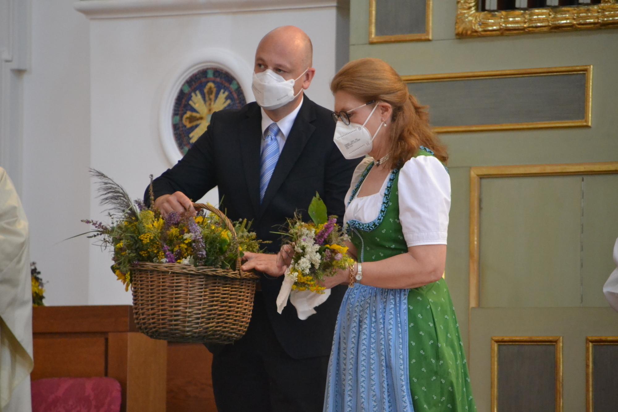 Mariä Himmelfahrt AÖ Stefan Burghart und Luise Hell verteilen die gesegneten Kräuterbüschel an Bischof und Priester 15 08 2021 10