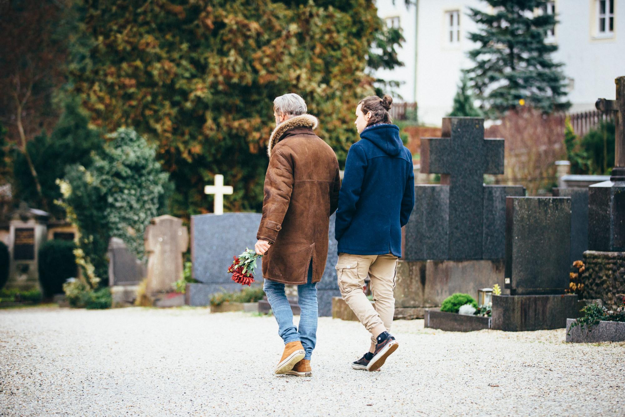 Vater und Sohn machen Friedhofsbesuch