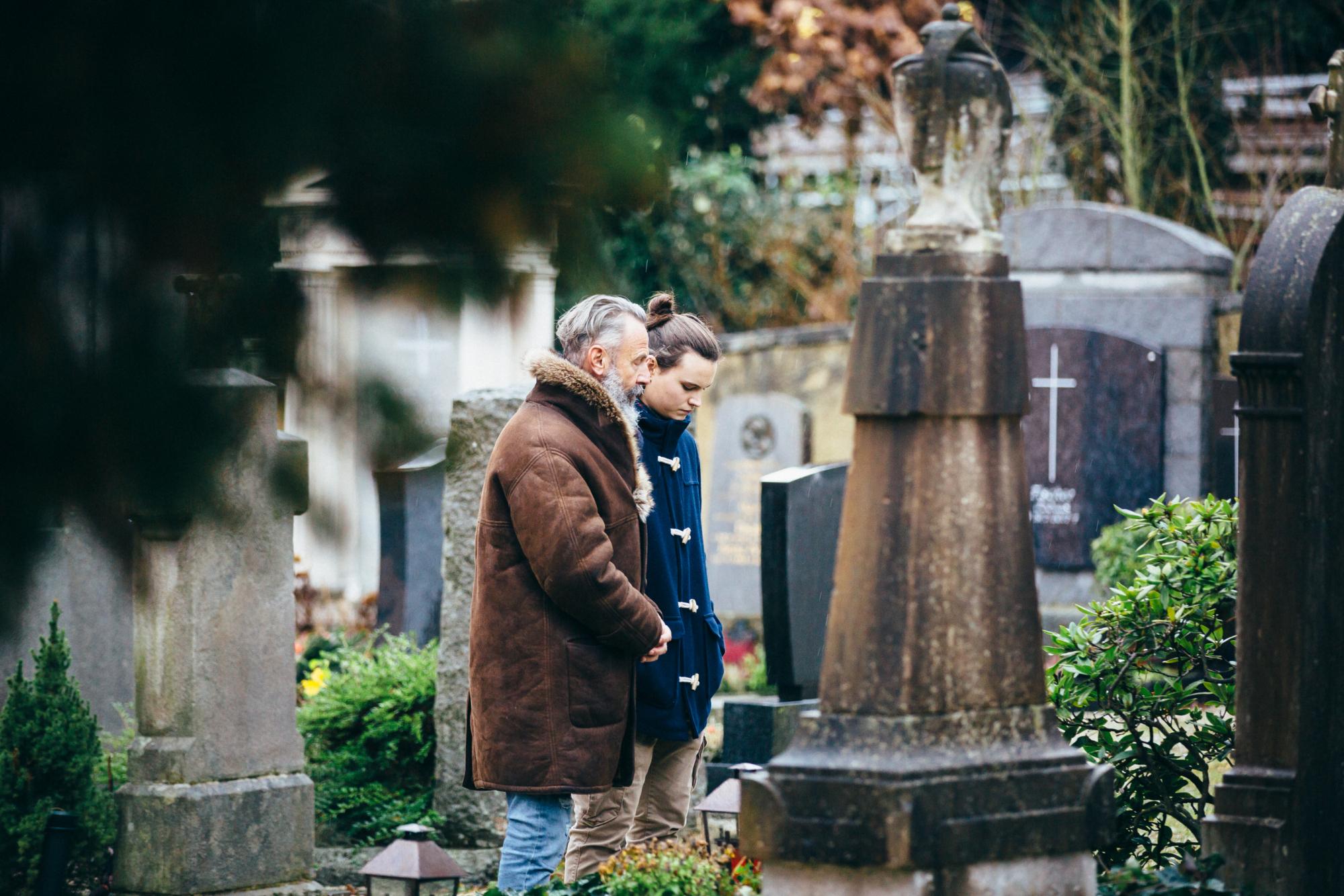 Vater und Sohn machen Friedhofsbesuch Simona Kehl