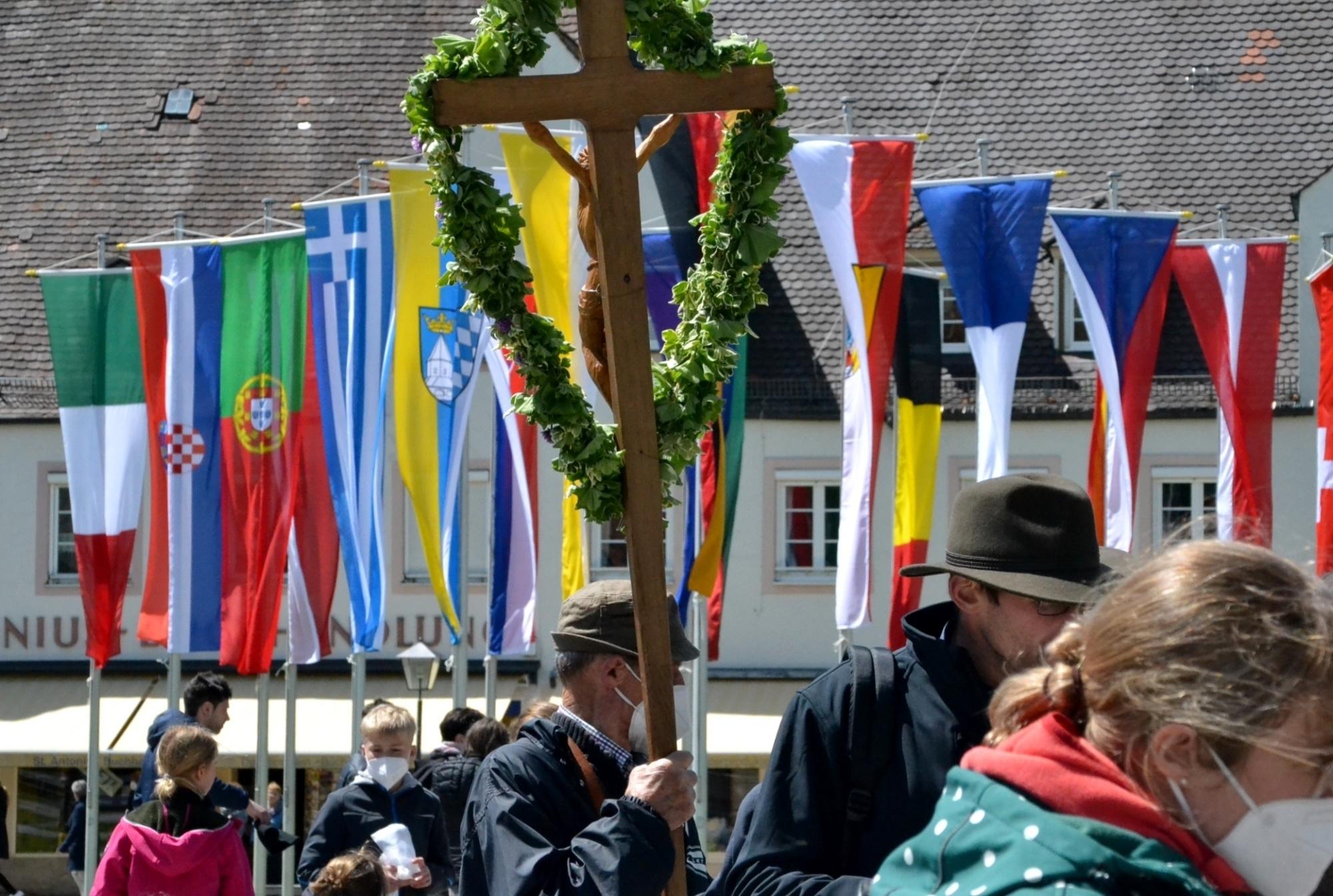 Zeichen für die Welt Pilger trotzen mit Pfingstwallfahrt nach Altötting der weltweiten Corona Pandemie 23 05 2021