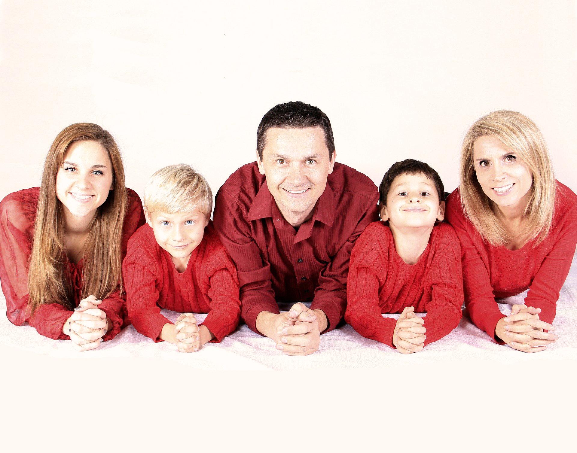 Family 521551 1920 Bild von White77 auf Pixabay farbe