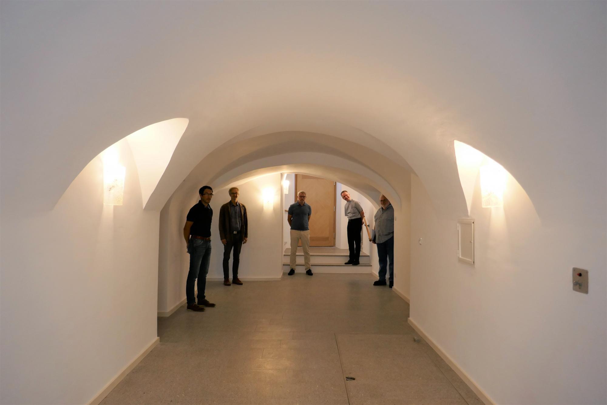 Gruppenbild unterm historischen Tonnengewölbe