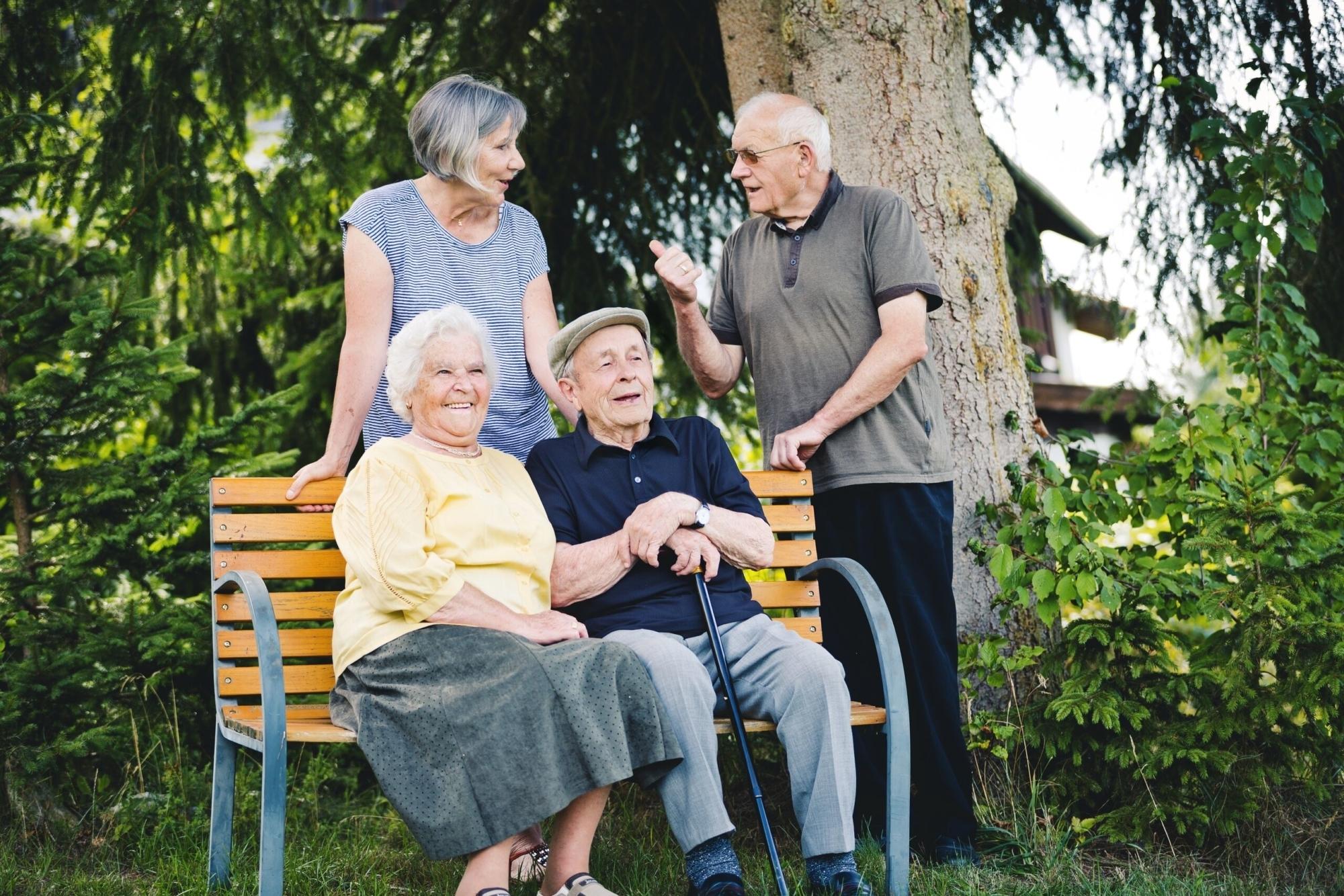 Mittel Senioren auf Parkbank 6