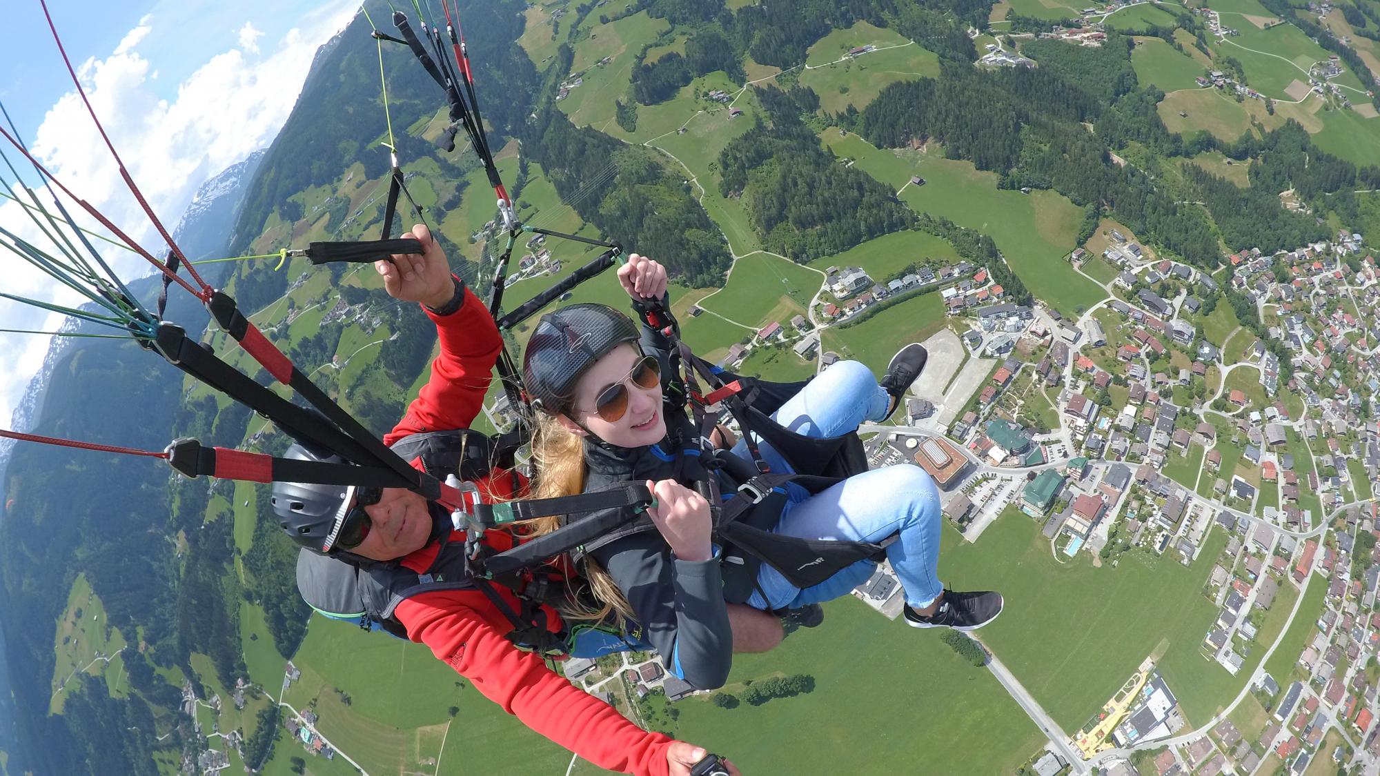 Oberministrantin_Andrea_Lenz_Paragliding_Tandemflug