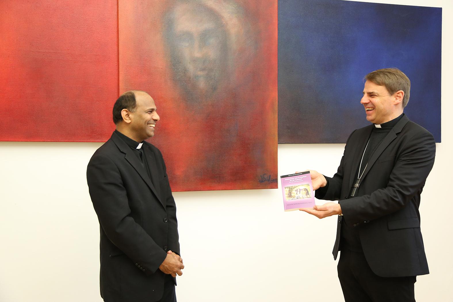 Bischof Stefan Oster und Pater Joseph Sebastio