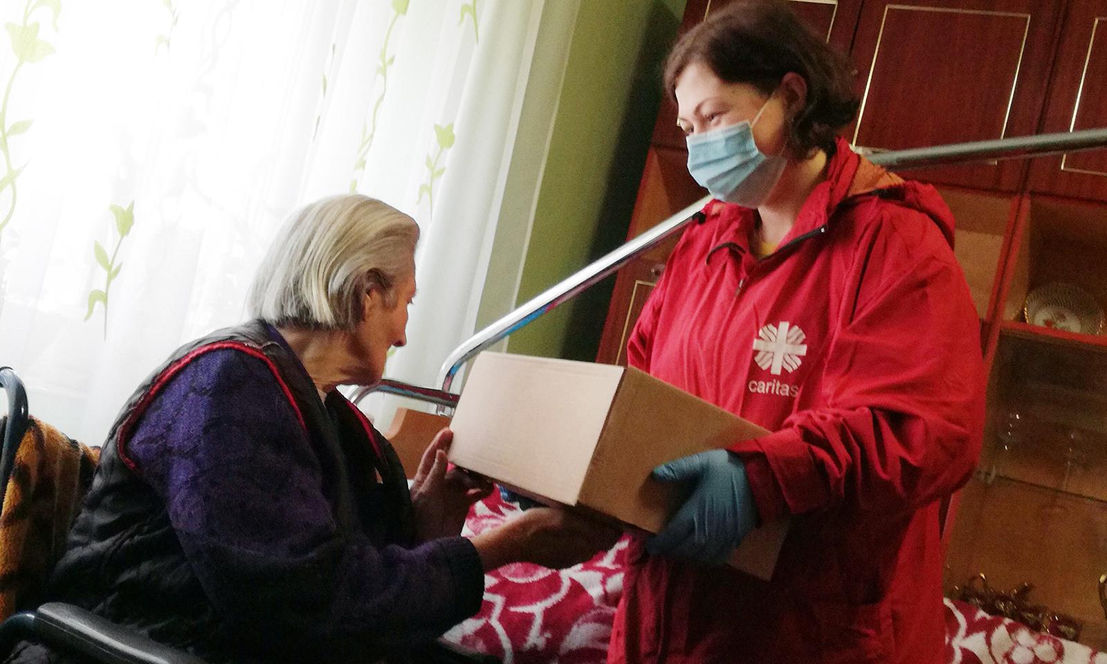 Übergabe Päckchen Hauskrankenpflege 2020 quer