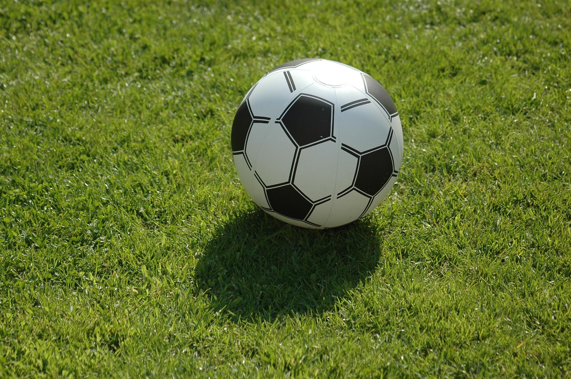Wasserball fussball auf rasen