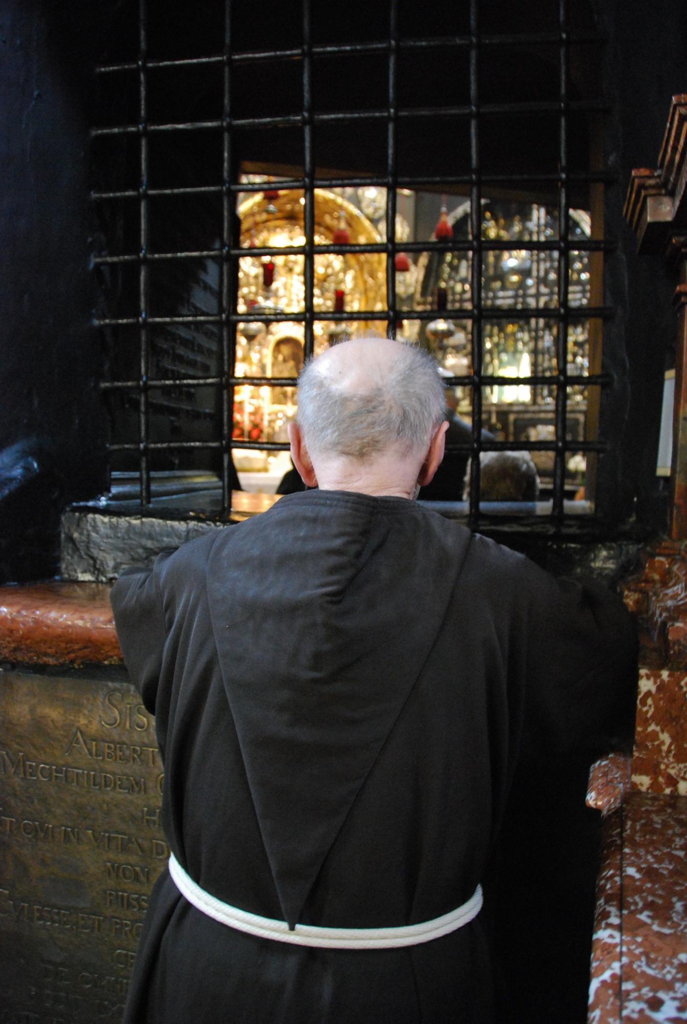 2019-kapuziner-in-der-gnadenkapelle-im-gebet