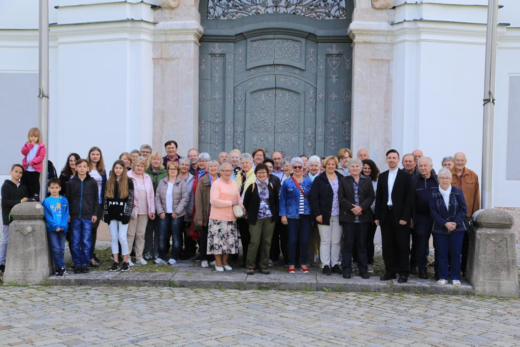 Gruppenfoto-vor-dem-Dießener-Marienmünster
