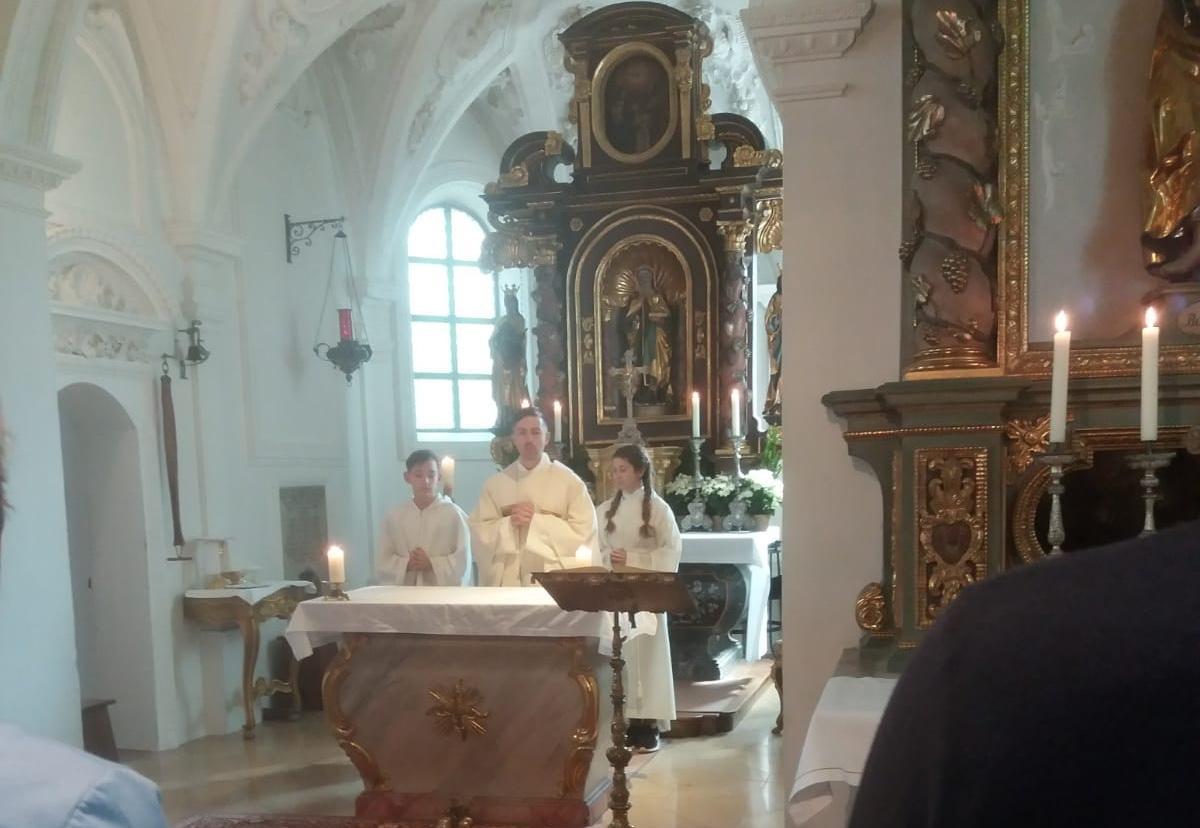 Pilgermesse-in-der-Ottilienkapelle-Pfr.-mit-Ministranten