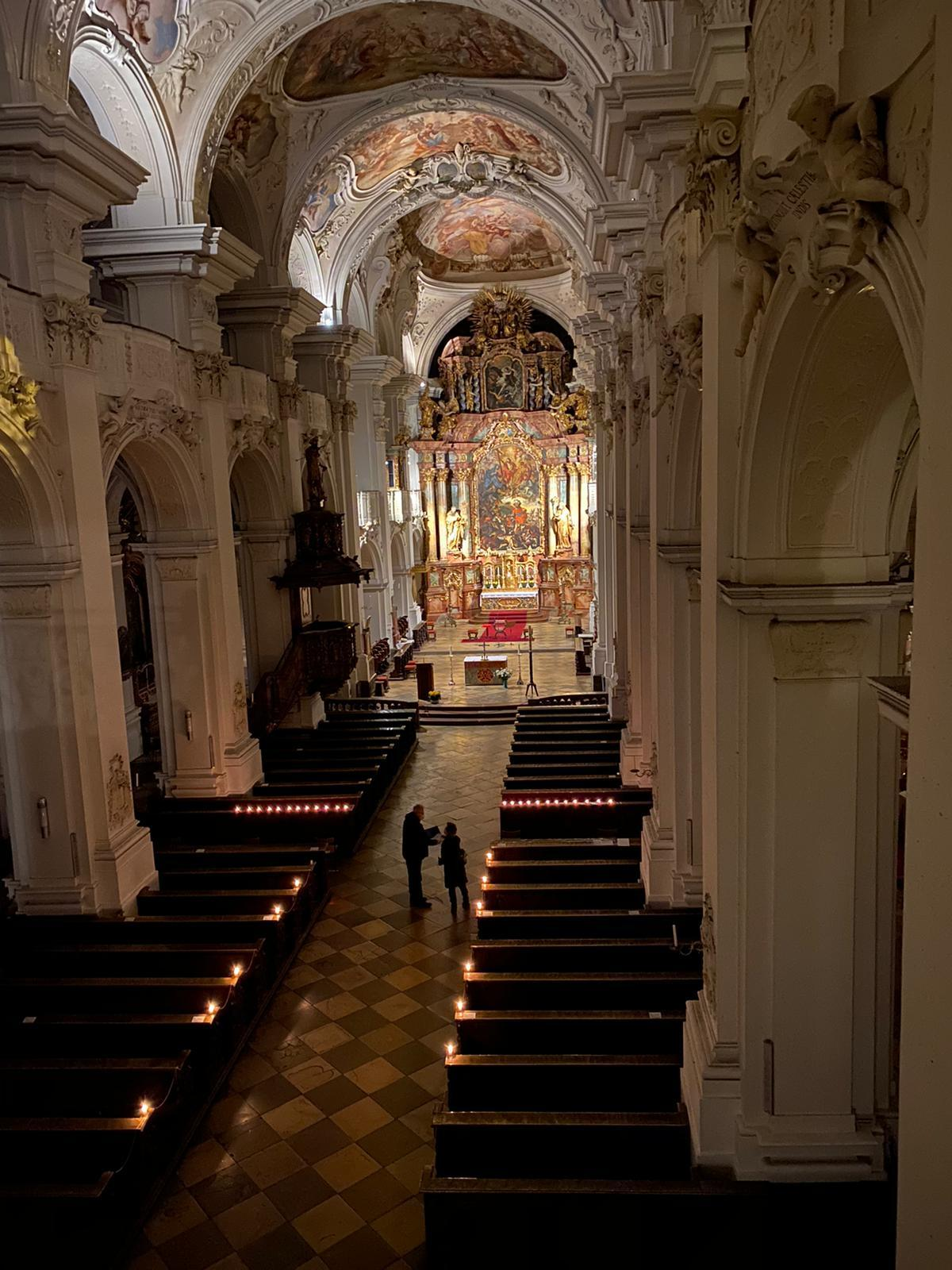 Basilika innen am abends Allerheiligen 2020
