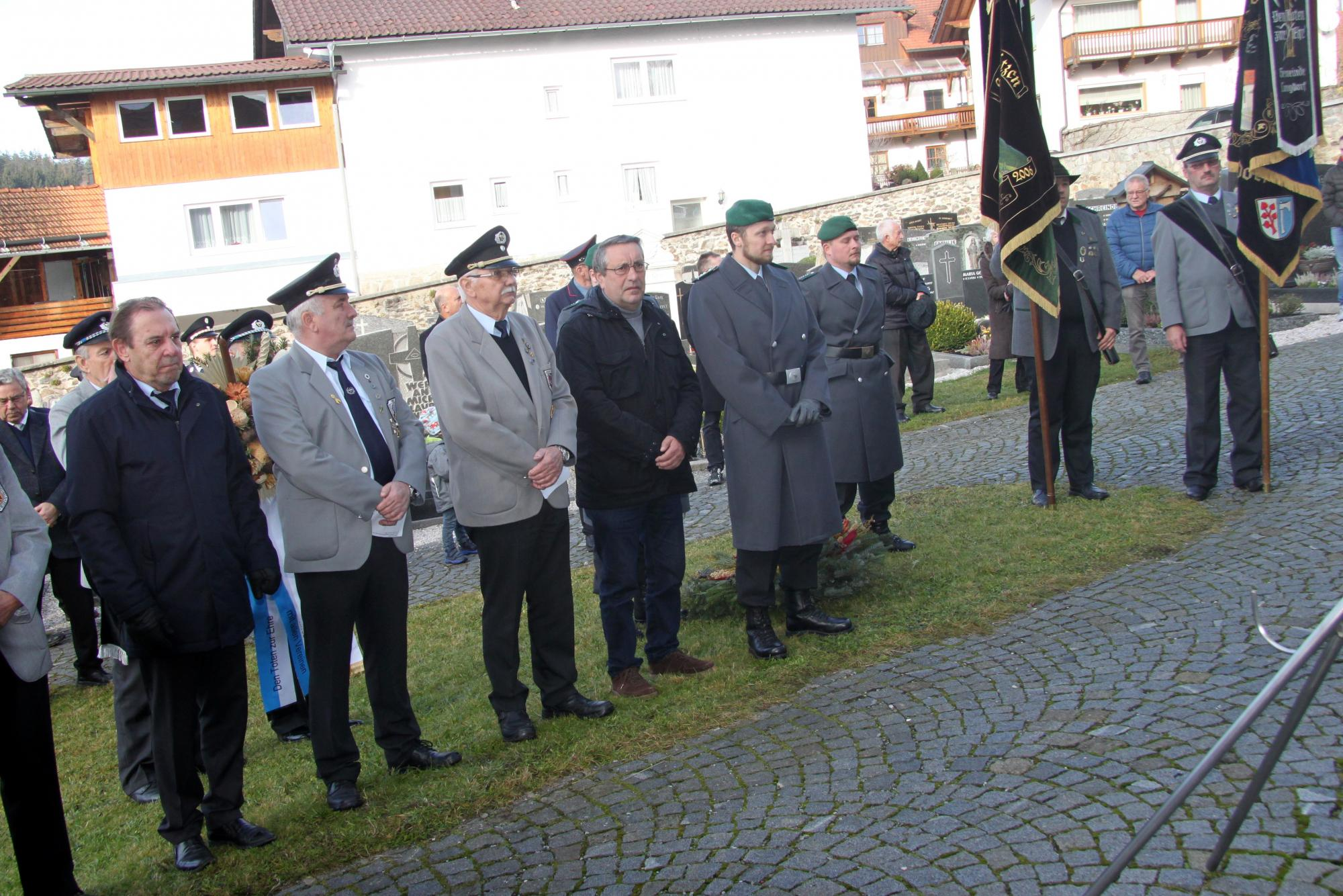 V.l.: 1. Bgm. Otto Probst, Erich Probst, Fred Schorn, 1. Vors. VdK-OV Langdorf, Hptm Marian Riediger