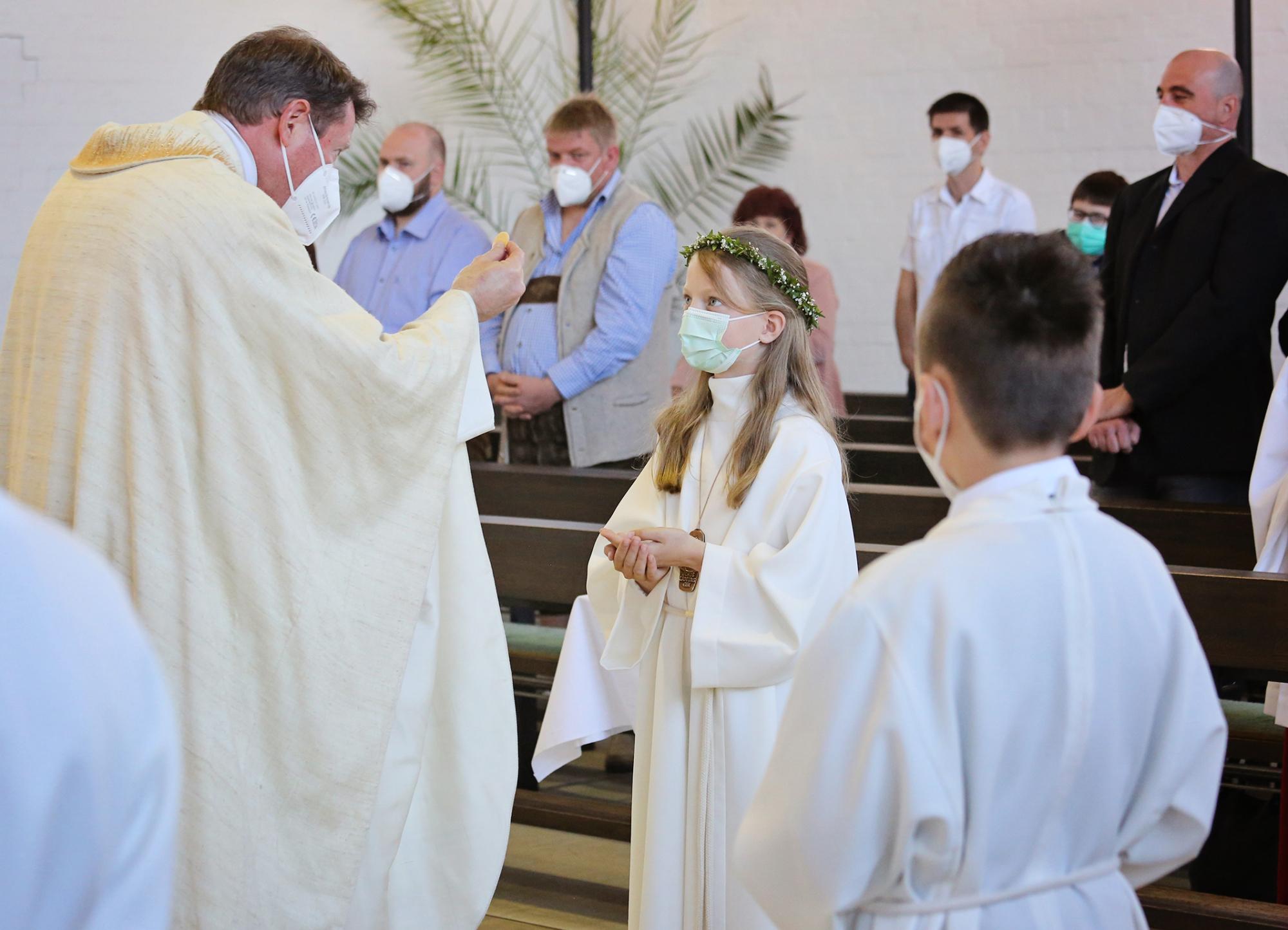2021 Erstkommunion 2 Kommunionausteilung Dreifaltigkeit