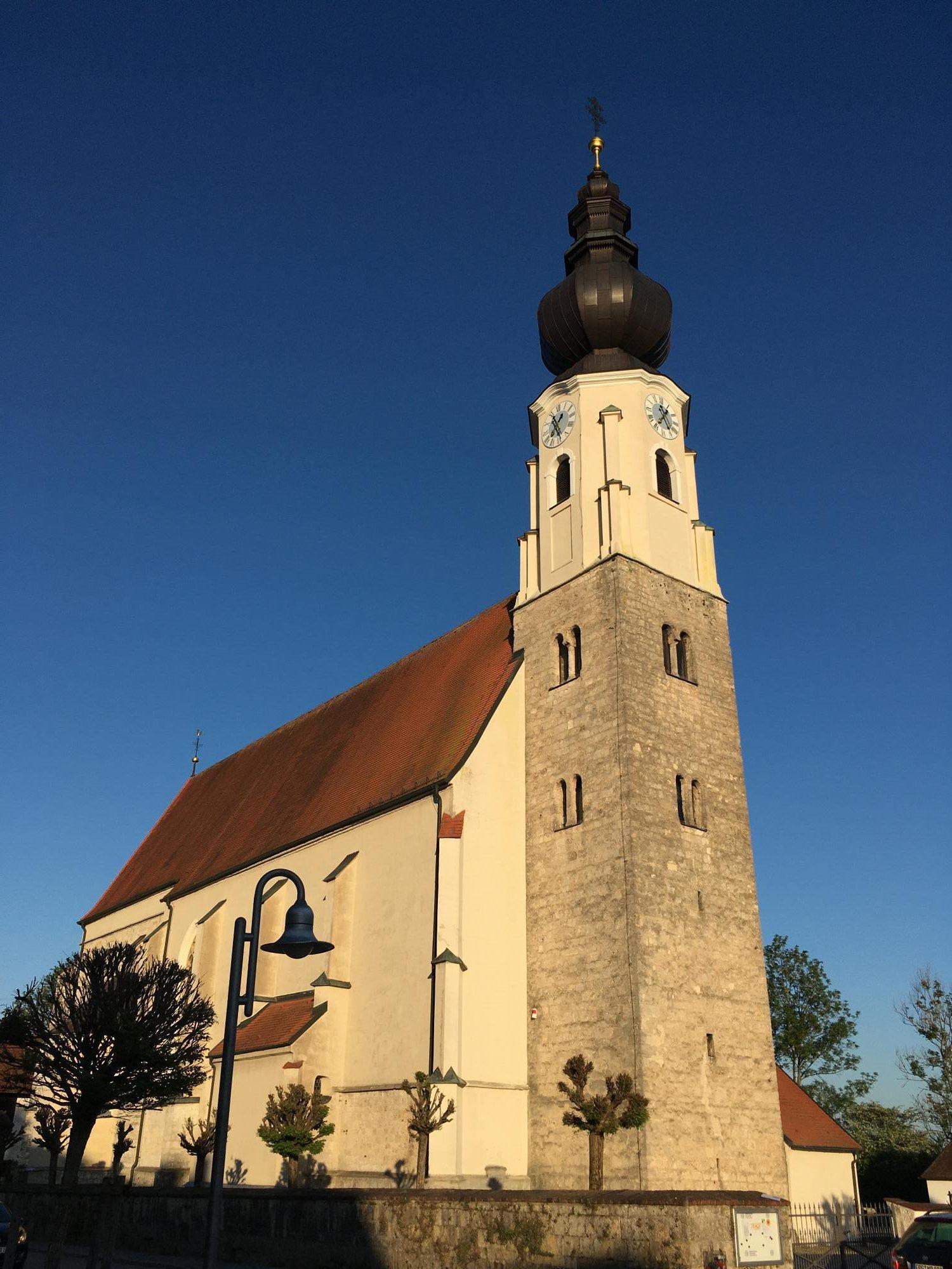 Erlach Kirche aussen Turm