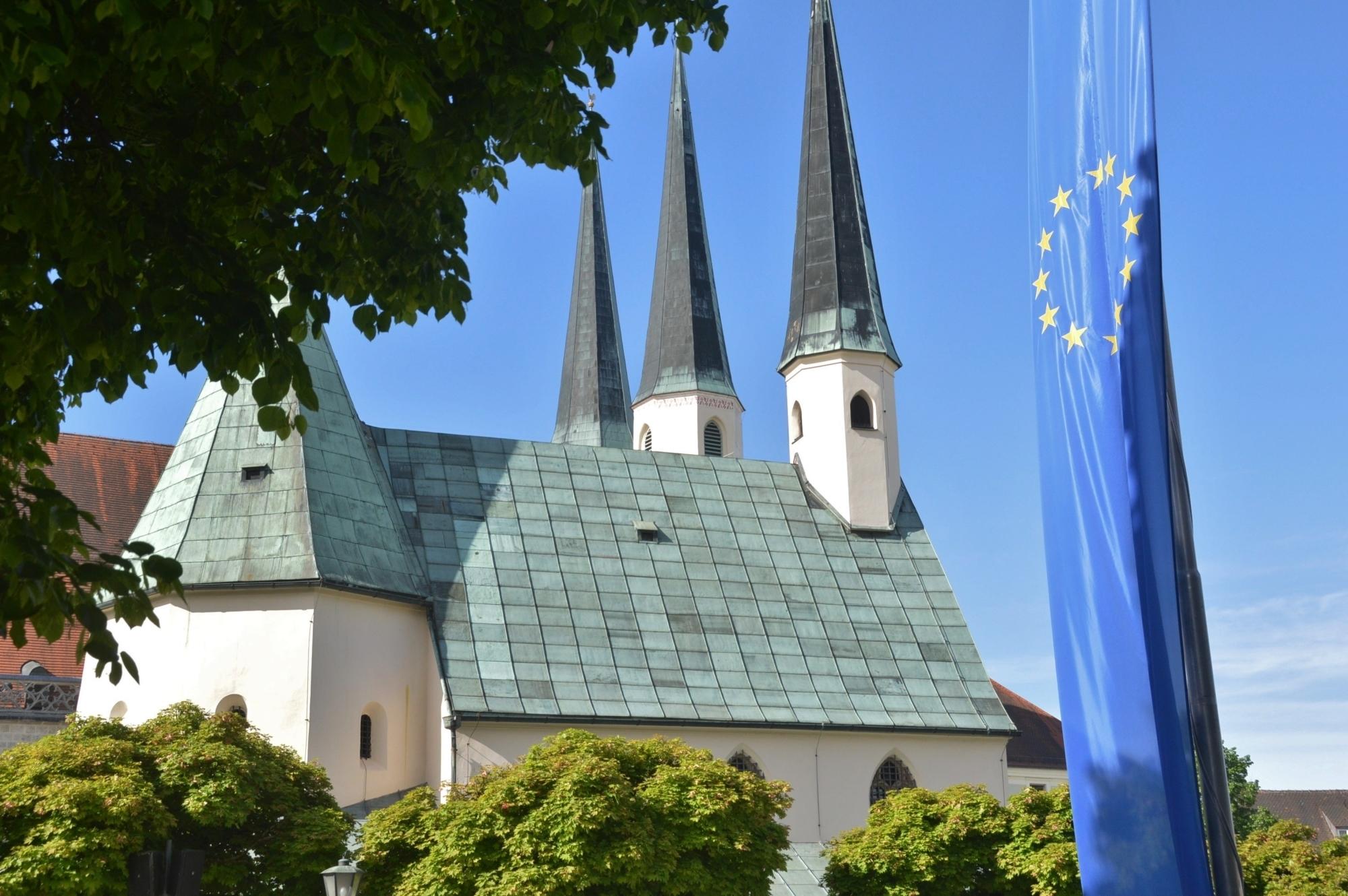 Gnadenkapelle mit Europafahne Mai 2013 2